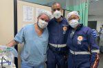Dr. Uenserson (no centro) com o pediatra pediatra Matheus Cunha Mendonça e a enfermeira Thaís Carvalho
